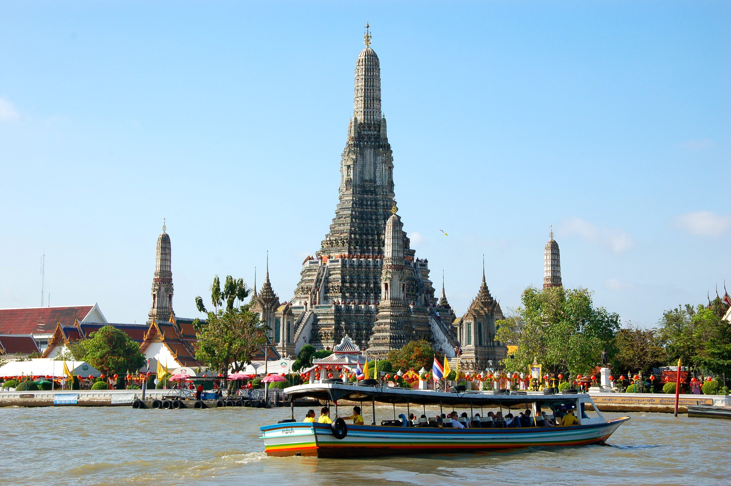 A water ferry in front of Wat Pho in Bangkok, Thailand