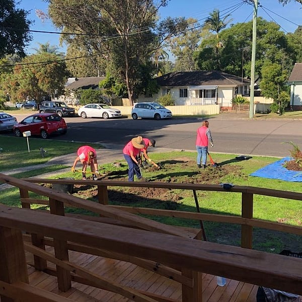 Worker Bees hard at work! 💪✍️🔨 Thank you to the volunteers who helped out Warlga Ngurra Community Centre today, we really appreciate your efforts! Also thank you to Hunter Water for the Love Water grant that allows us to refurbish the outdoor areas in this project! Stay tuned for more pictures @ourhunterwater @walkamilekooristyle #outfit_newcastle #workingbee #hunterwater #lovewater #volunteer #thankyou #uon #sabe_uon #communityprograms