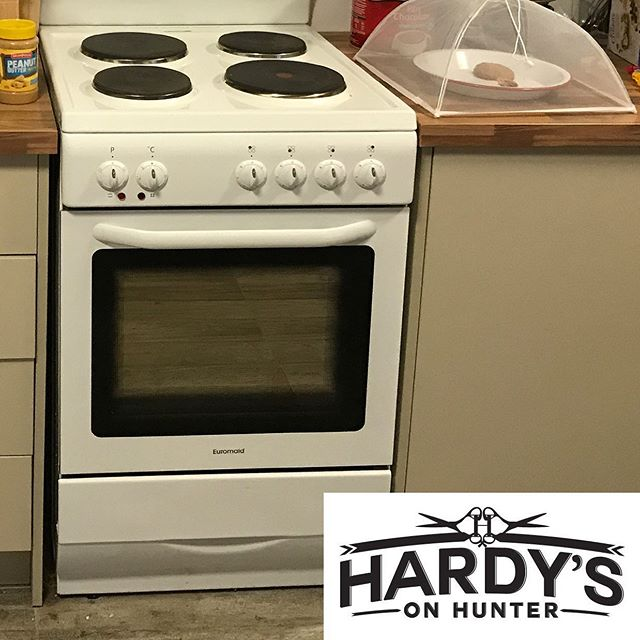 Massive thanks to Claire from @hardysonhunter for donating an oven to Warlga Ngurra community centre! 👏🏼 💇‍♀️💇‍♂️👏🏼