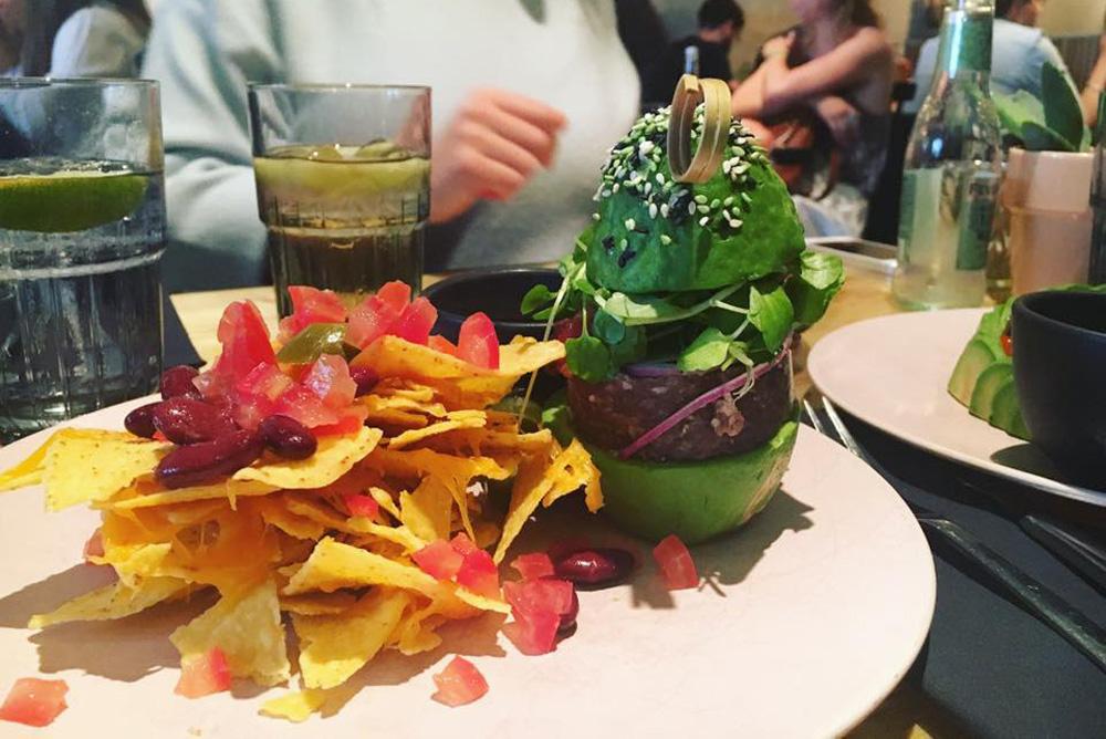 Ein Tartar Burger Patty mit Avocado als Brötchen = Avocadoburger. Das gibt es bei der Avocadoshow in Amsterdam. Ob unsere Metzger das auch mögen?