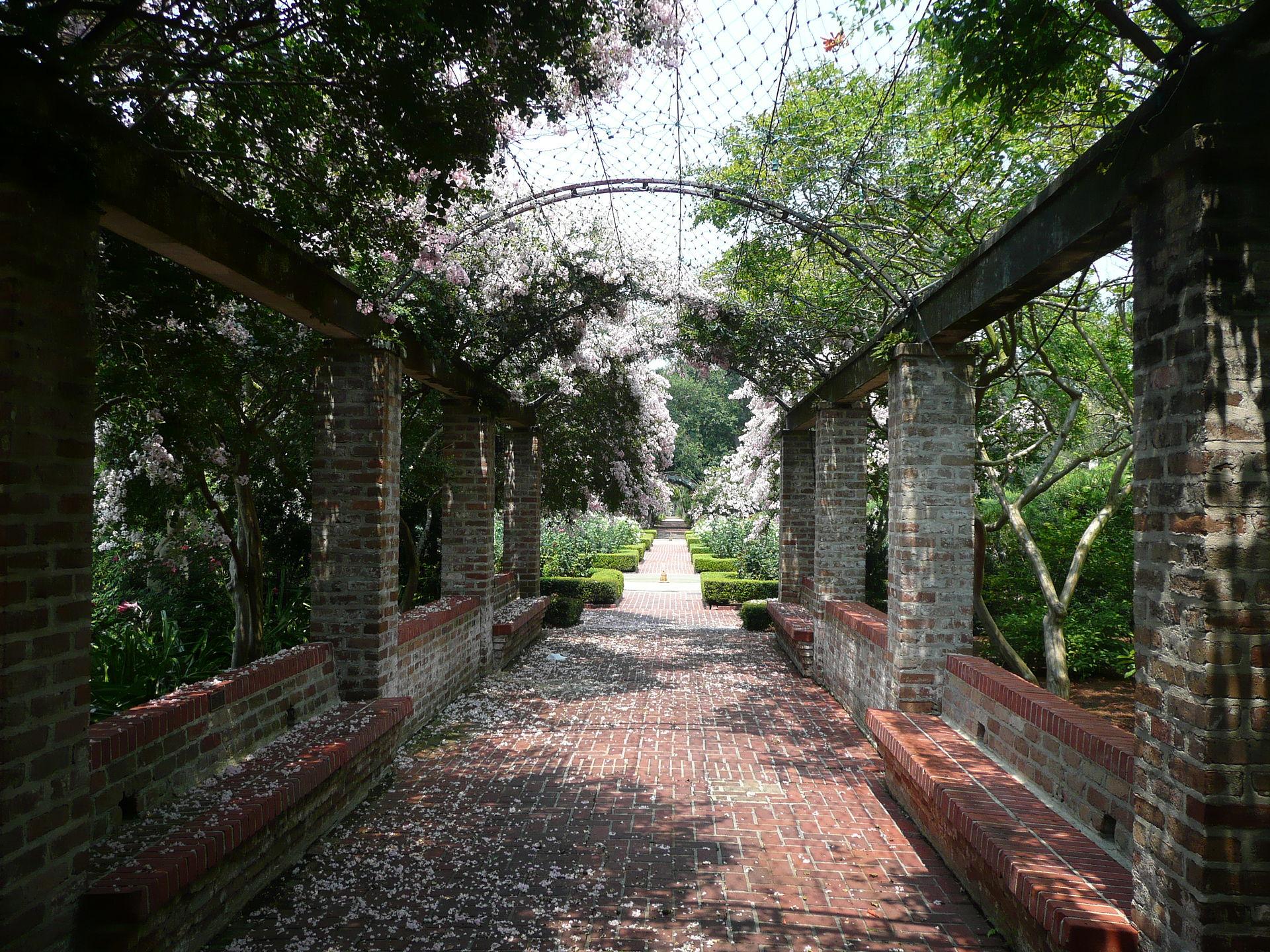 New_Orleans_Botanical_Garden_Walkway.jpg
