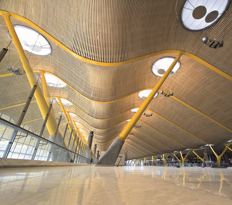 La Terminal 4 del Aeropuerto Internacional Adolfo Suárez Madrid Barajas luce nuestra piedra