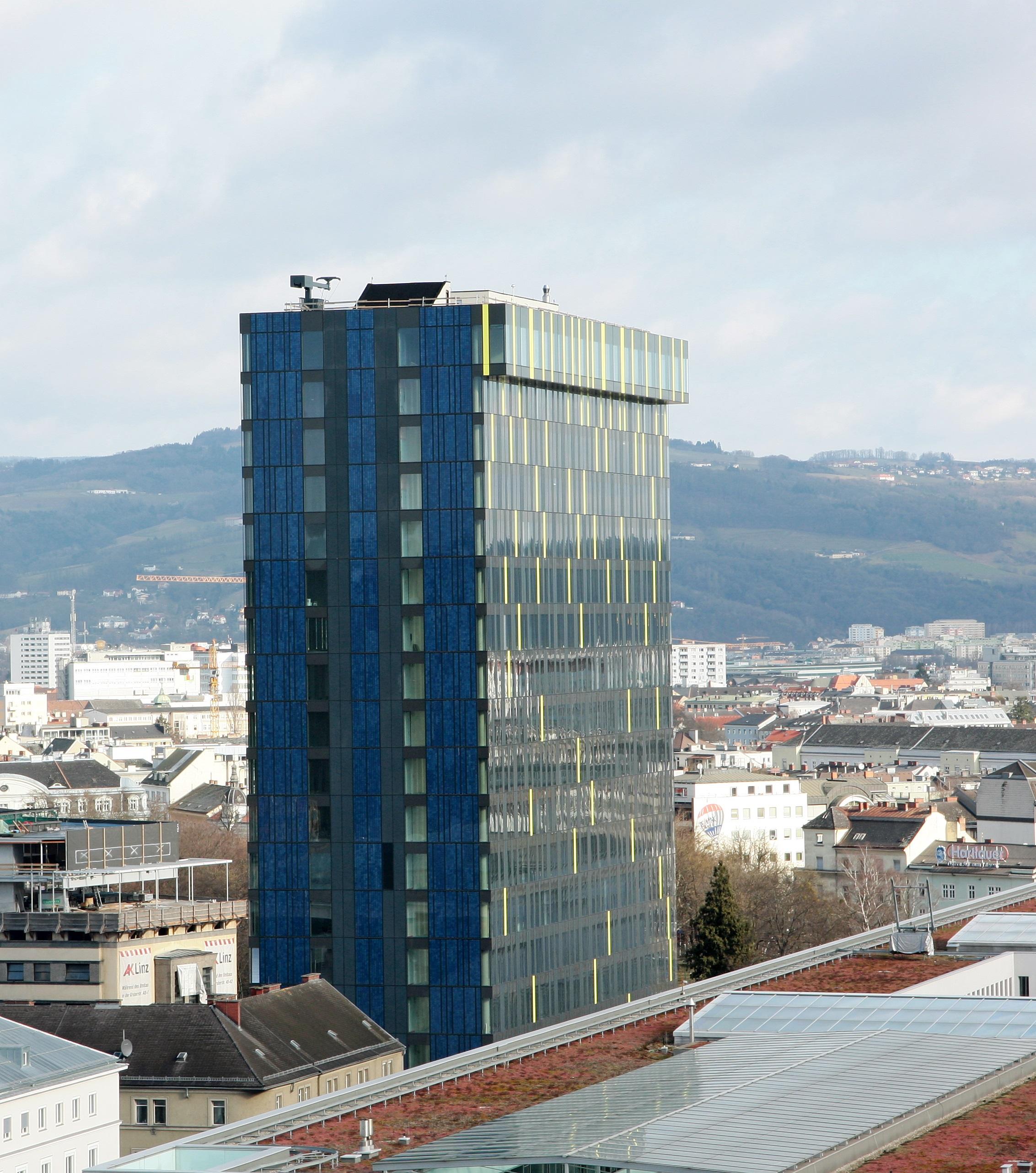 Power Tower, en Linz (Austria). El edificio está revestido de placas fotovoltaicas que suministran energía a las oficinas interiores. Un ejemplo de arquitectura sustentable.