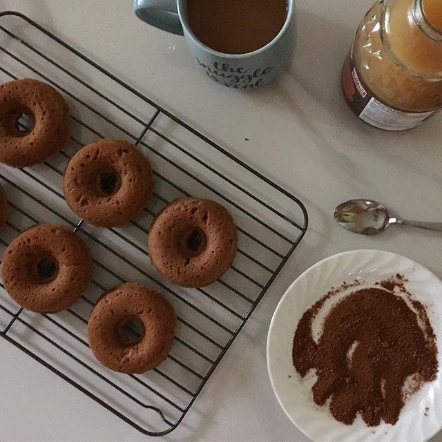 Baked GF apple cider donuts with coconut oil & cinnamon sugar glaze. Soaking up all the best things that lazy Saturday's are made 🍂 🍎 ☕️ 🍩 @alphahealthproducts @vistamagcanada  #alphahealth #organiccoconutoil #vistamagcanada #vistaambassador