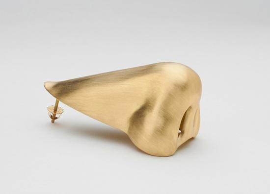 John Baldessari, Nose Earring (Gold), 2016 18kt yellow gold © John Baldessari Courtesy the artist, Marian Goodman Gallery and Hauser & Wirth Photo/ Alex Delfanne
