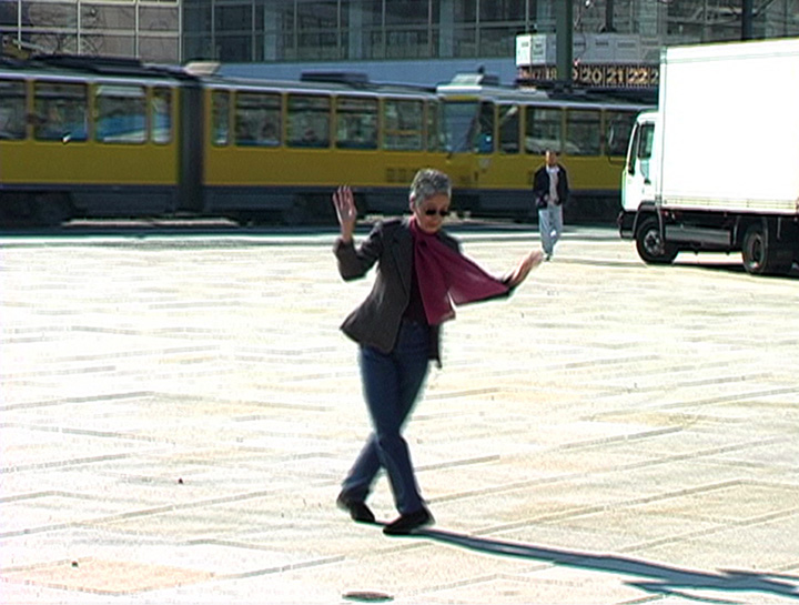 Adrian Piper. Adrian Moves to Berlin. 2007. Documentation of the street performance. Video (color, sound), 01:02:42. Video by Robert Del Principe. Collection Adrian Piper Research Archive Foundation Berlin. Detail: video still at 00:38:09. © Adrian Piper Research Archive Foundation Berlin.