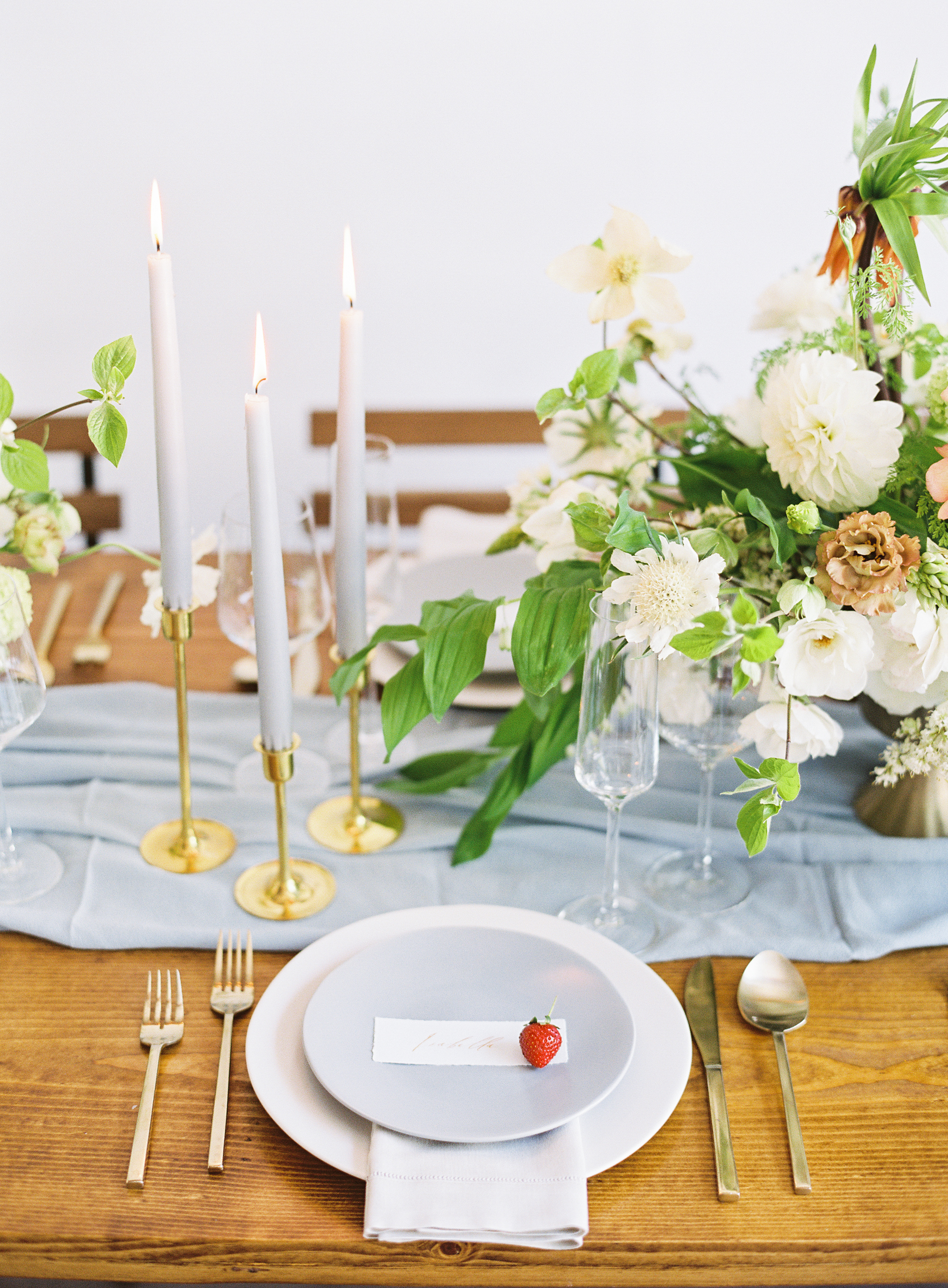 Simple place setting. Summery Wedding Inspiration. Nathalie Cheng Photography. Natalie Choi Events.