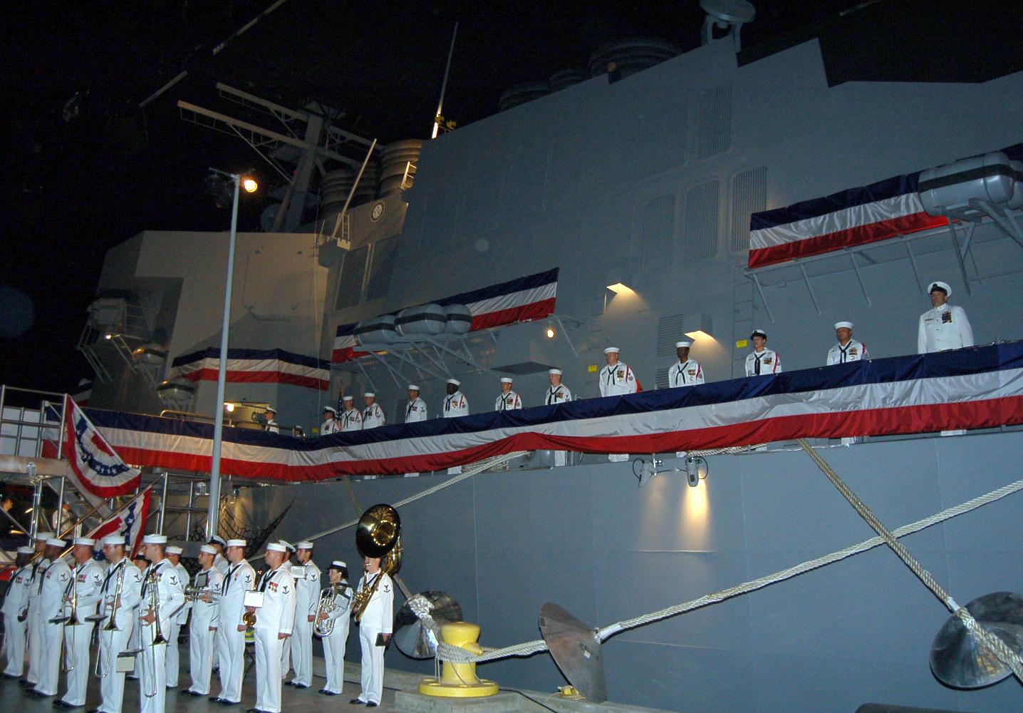 Sailors_man_the_rails_of_USS_Trayer_(BST_21).jpg
