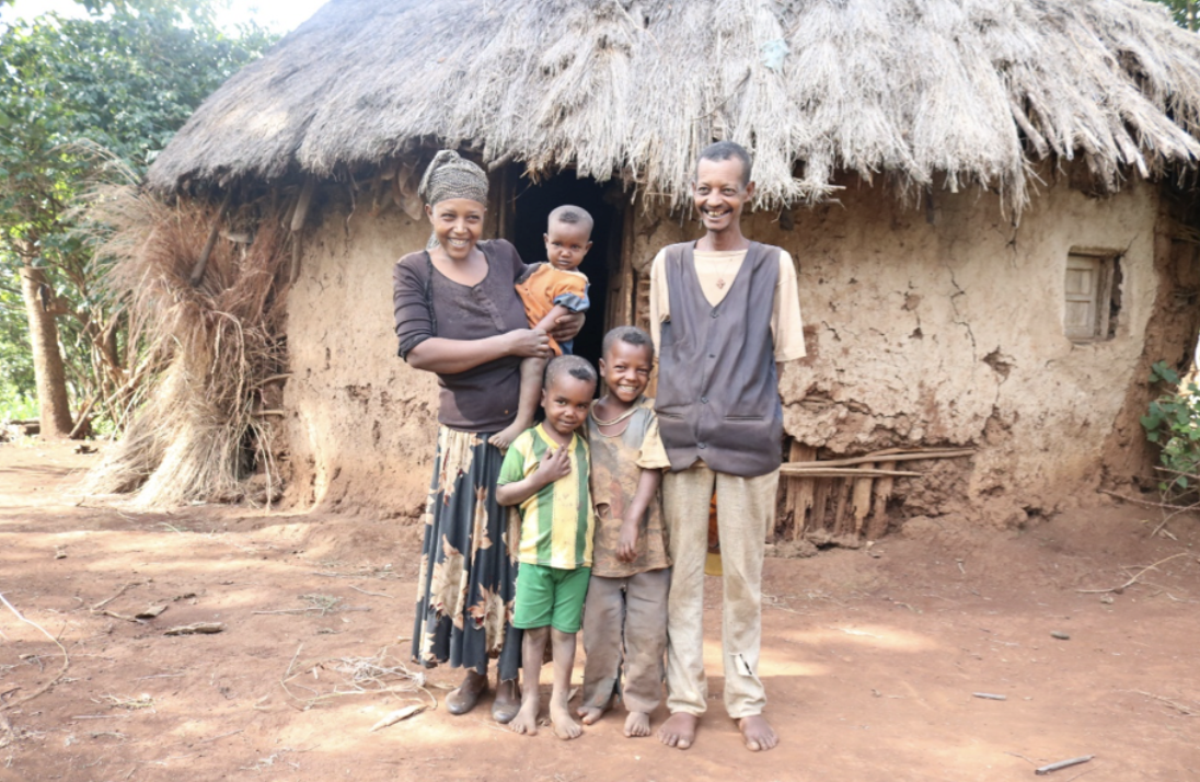 Two Keleta Kindergarten students with their parents and younger sibling