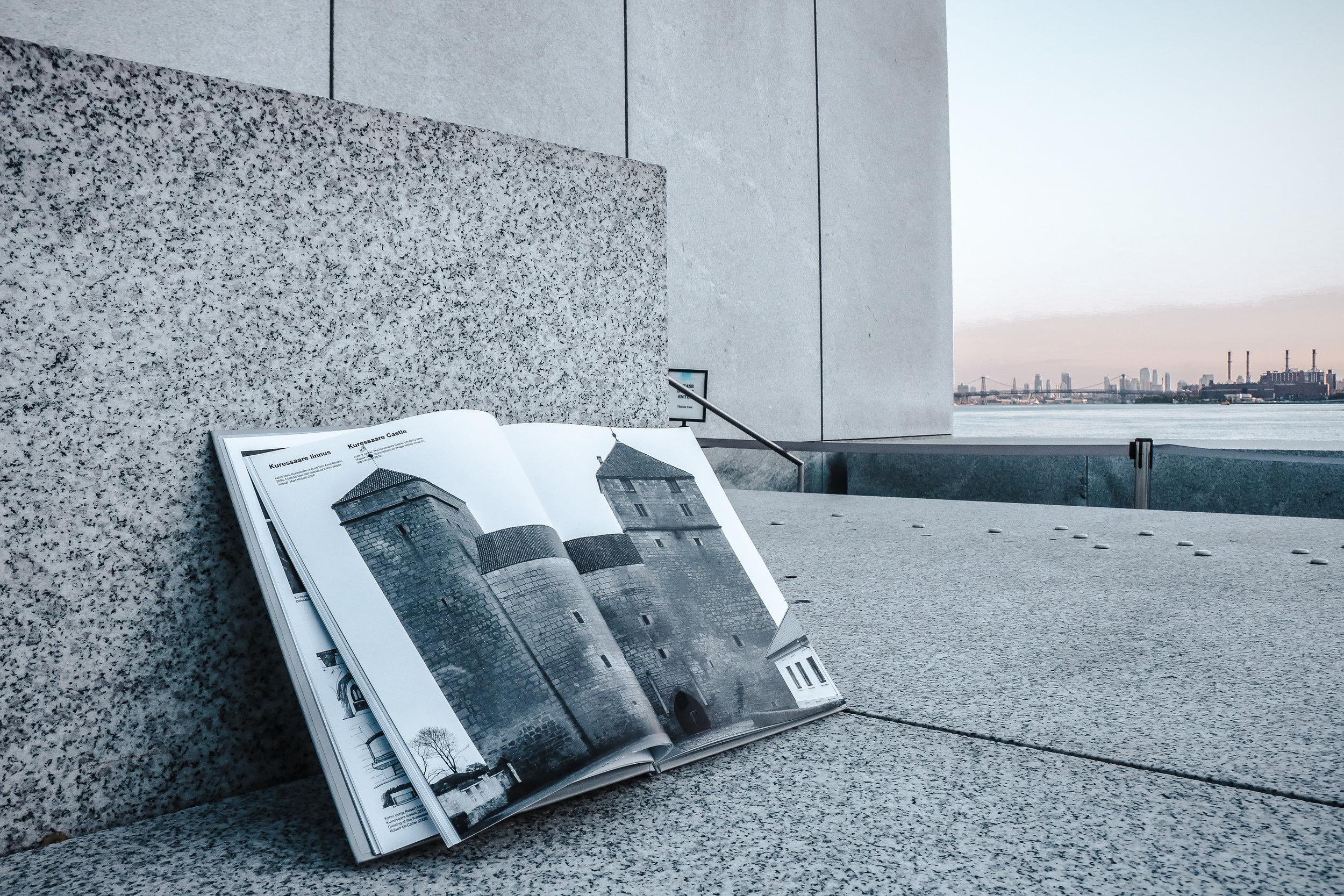 """""""Kahn. Saarlane"""" raamatus võrdeb Heie Treier Kuressaare piiskopilinnust Kahni loominguga. (Foto: Valev Laube)"""
