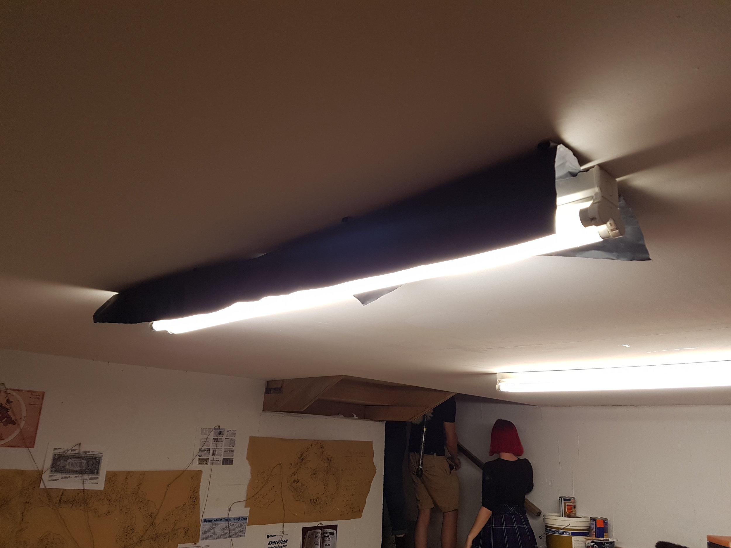 The main lighting setup - blackwrap skirt around the fluro