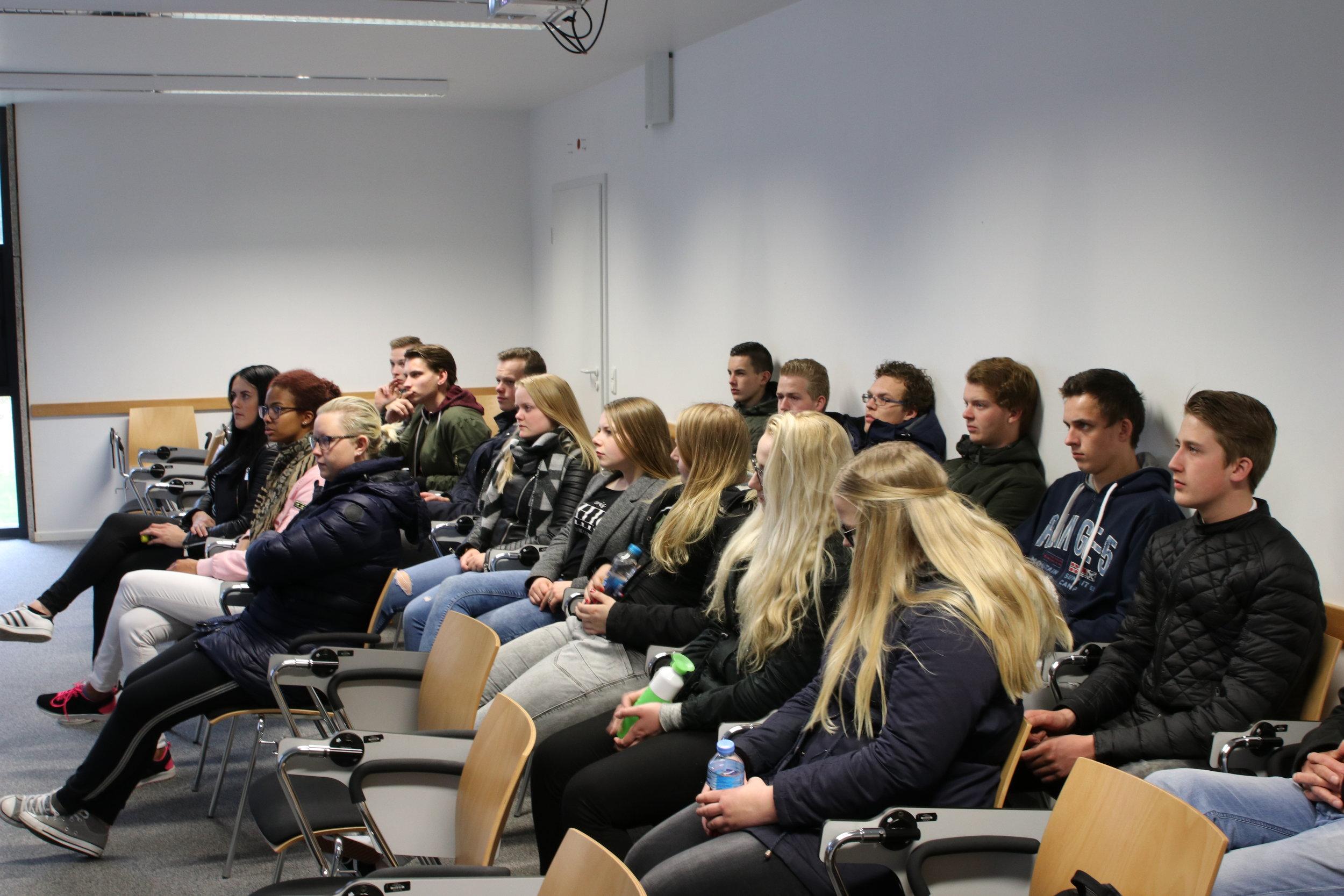 De studenten ontvangen in kleine groepjes een presentatie over de geschiedenis van het kamp.