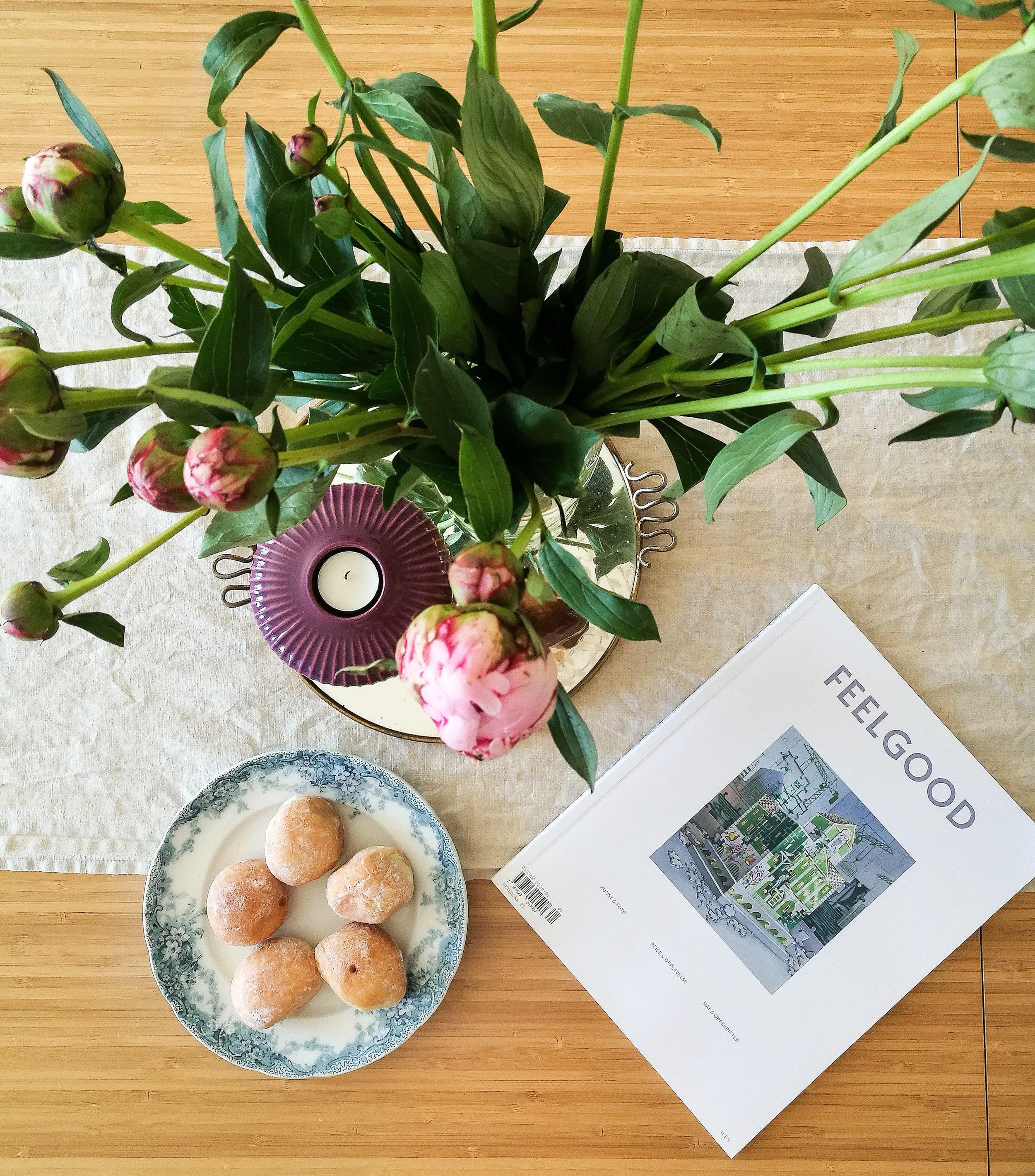 På bursdagen min hadde mamma og pappa bestilt frokost til meg, både croissanter, blomster, magasin og de nougatbollene du ser på bildet. Såå koselig!