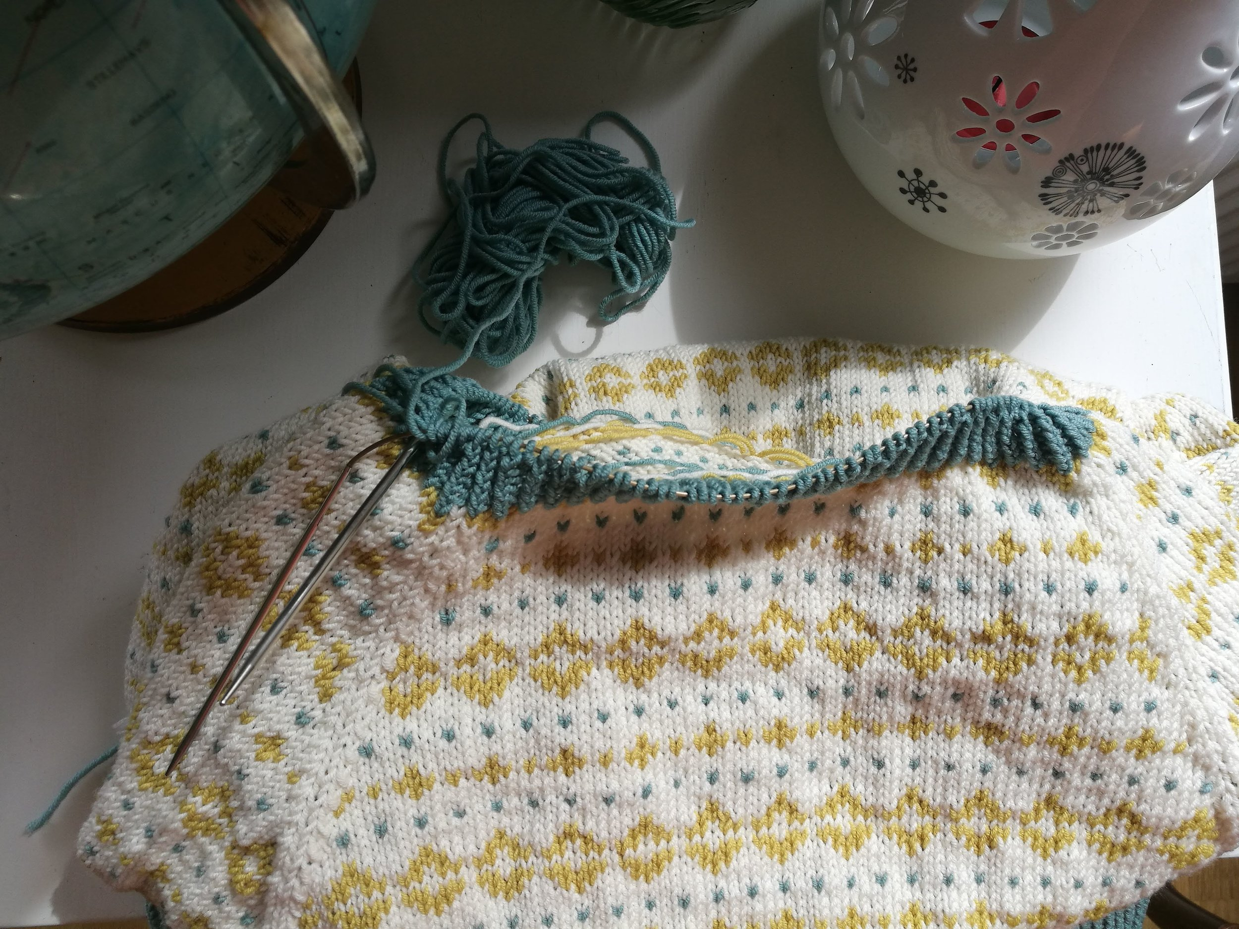 Her er genseren nesten ferdig, men som dere jo ser er halsen altfor slapp, så jeg måtte strikke den på nytt. Nå derimot, er den ferdig på ekte, den skal bare dampes eller presses eller hva man gjør meg en ferdig genser. JEg lover at jeg skal vise den frem!