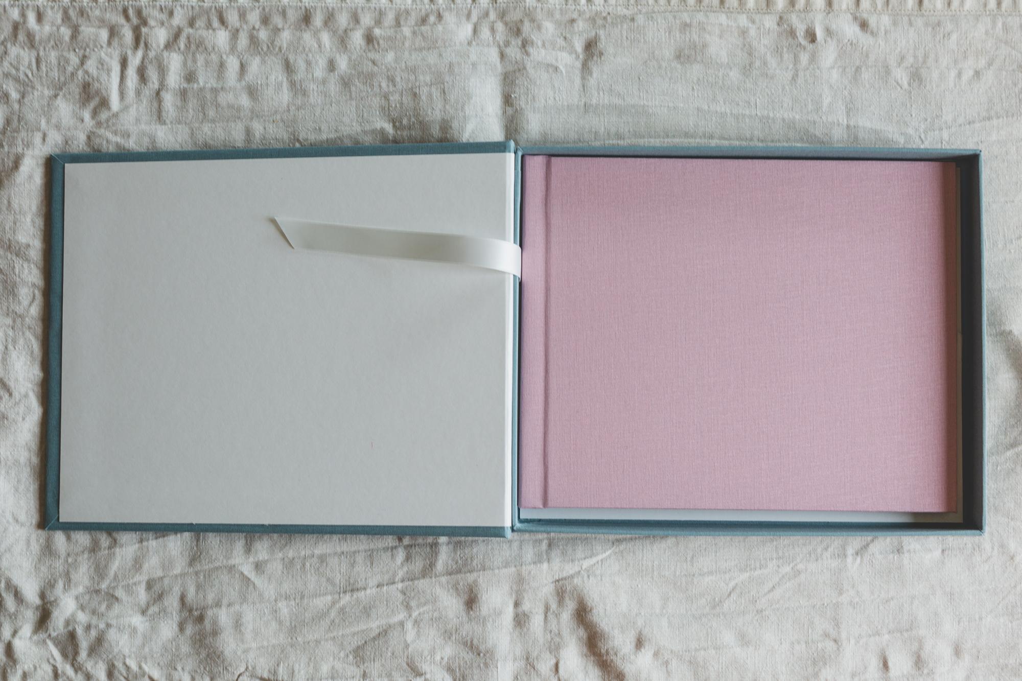 Bestill gjerne en boks til albumet ditt, 600 kr ekstra uansett størrelse. Her er albumet trukket i Lin i fargen gammelrosa, boksen i lagunegrønn.