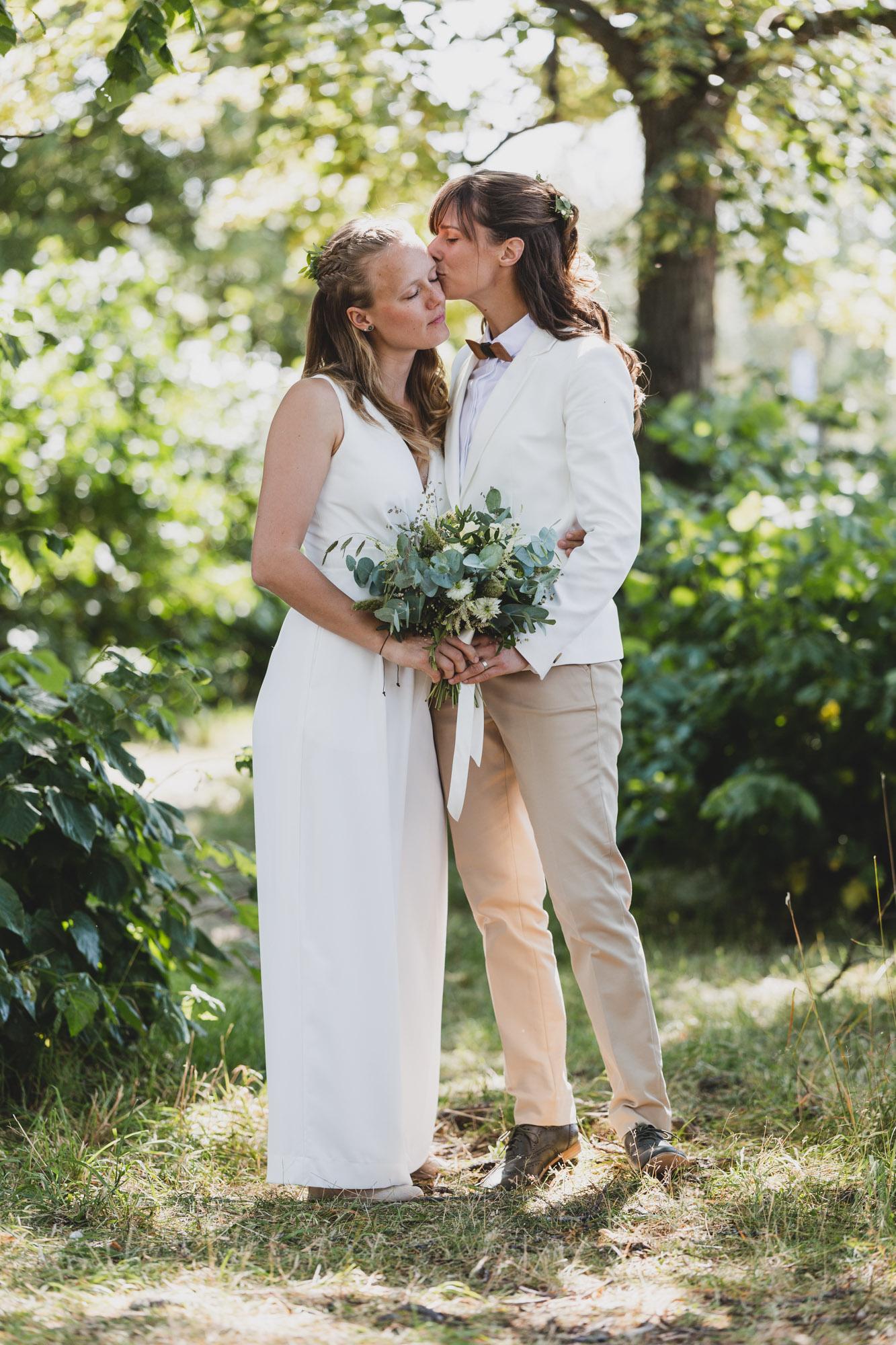 La oss feire kjærligheten - Bryllupsdagen er en av de viktigste dagene i livet, en dag fylt av glede, tårer og kjærlighet. Jeg som fotograf er der for å dokumentere de store og små øyeblikkene, og fange følelsen av dagen. Min visjon er å fange stemningen og de naturlig øyeblikkene. Den ekte følelsen av dagen og kjærligheten som feires. Sånn at når bildene kommer vil dere ikke bare kjenne igjen situasjonen, men hvordan det føltes der og da. Dette er bilder dere skal ha glede av resten av livet.