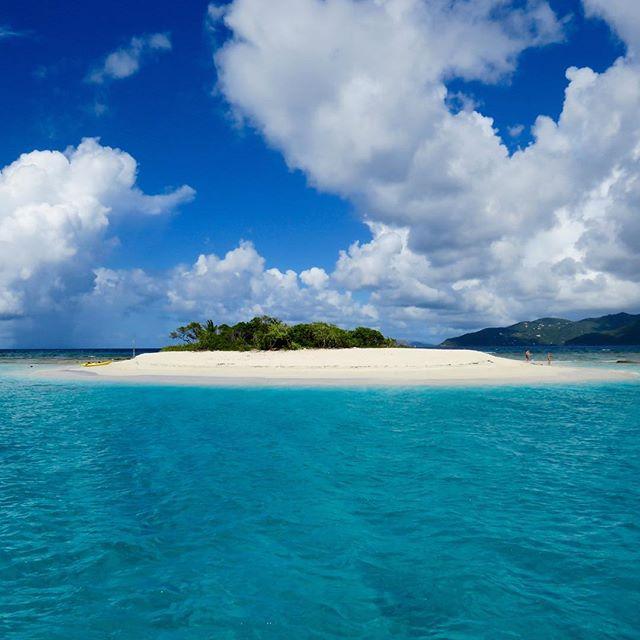 Does it get any better? Happy clients again in the BVI! 🗾⛵️🍾 . . .  #discovery #wanderlust #sailing #yachtlife #anegada #bvi #virgingorda #peterisland #scrubisland #neckerisland #bviheaven #gourmet #summer2017 #luxury #thebaths #bitterend #boatbookings #yachtlife #lifeofluxury #catamaranlife #gourmet #riseandshine #fridayfeels #itstheweekend #tgif #lifeofluxury #bucketlist #caribbean