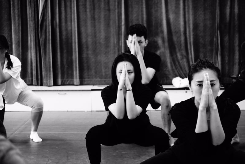Shanghai workshop participants Jingwen (centre) and Shao Yipei (centre behind)going through the kalari vanakkam as part of the preliminary/preperformative training.