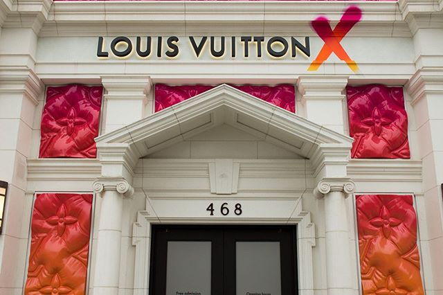 LA FOLK! A bit late but better than never - if you find yourself in BH, go check out this video room we created for @louisvuitton LVX exhibition at 468 N Rodeo Drive. Produced by @lizziepocock for @treatment_studio in collab with @noahcampeau. Show is on until September 15 and admission is free. . . . . . #louisvuitton #lvx #videodesign #exhibitiondesign #videoart #artandfashion #fashionvideo #beverlyhills #rodeodrive #talrosner