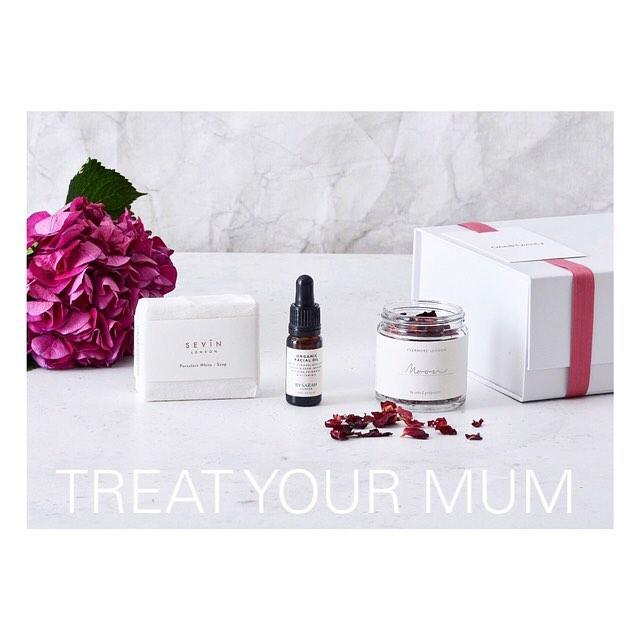 GIFT GIVEAWAY🌷 It's your chance to surprise your lovely mum this Mother's Day with 01&20's 'The Little FLORAL One' giftbox! Why not send your mum flowers of a different kind ... 🌸 This box contains a beautiful white jasmine scented soap bar, lavender and rosebud pot pourri 🌹 and amazing organic facial oil with evening primrose. To enter:  1. Make sure you're following us! 2. Be sure to like this image! 3. Tag 3 people you think would also like to treat their mum! 4. Competition closes Midday Monday 25th. 5. UK delivery only.  We'll be announcing the winner on Monday and we can either send the box to you to hand-deliver or we can post directly to your mum with a lovely message if you prefer!  Good luck all! 💐 x  #win #competition #giveaway
