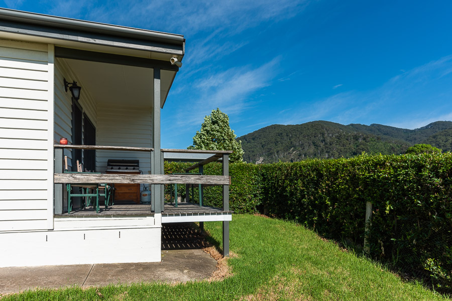 The Palm Cottage: Deck and view over Gulaga.