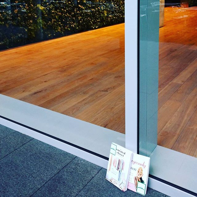 Safe from the rain ☔📚 leaving books in random places is a great way to #sparkjoy, for both the hider and the finder 🤓  #ibelieveinbookfairies #reading #minimalism #postkonmaribooks