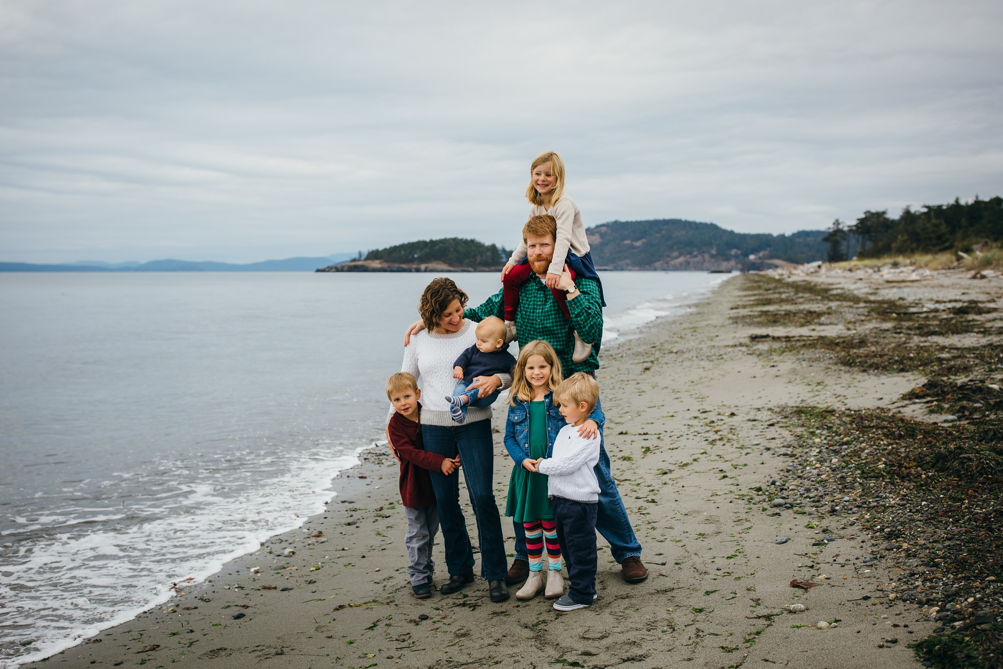 kara chappell whidbey island family photography family of seven takes pictures on washington beach
