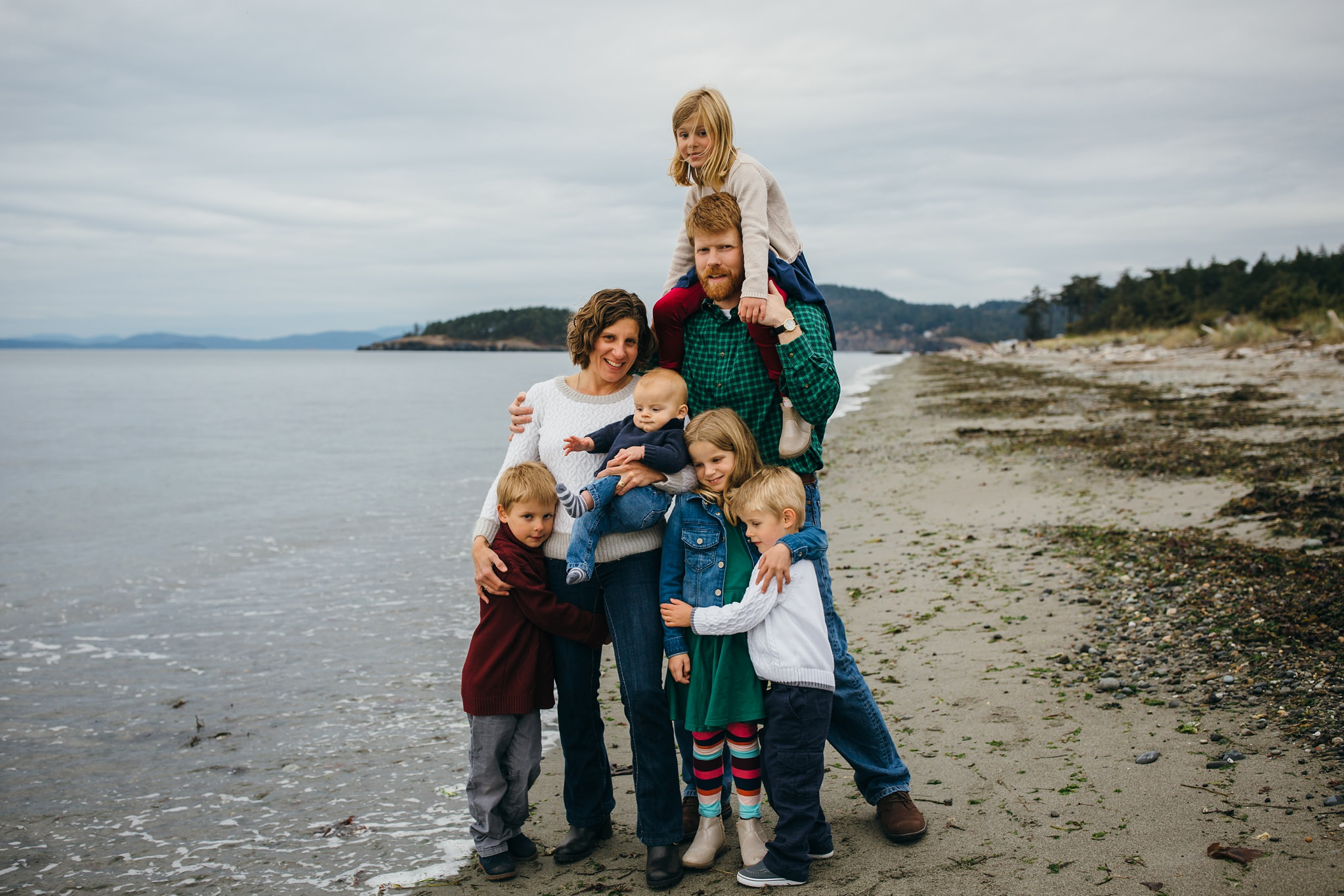 kara chappell whidbey island family photography family laughs and hugs on washington beach