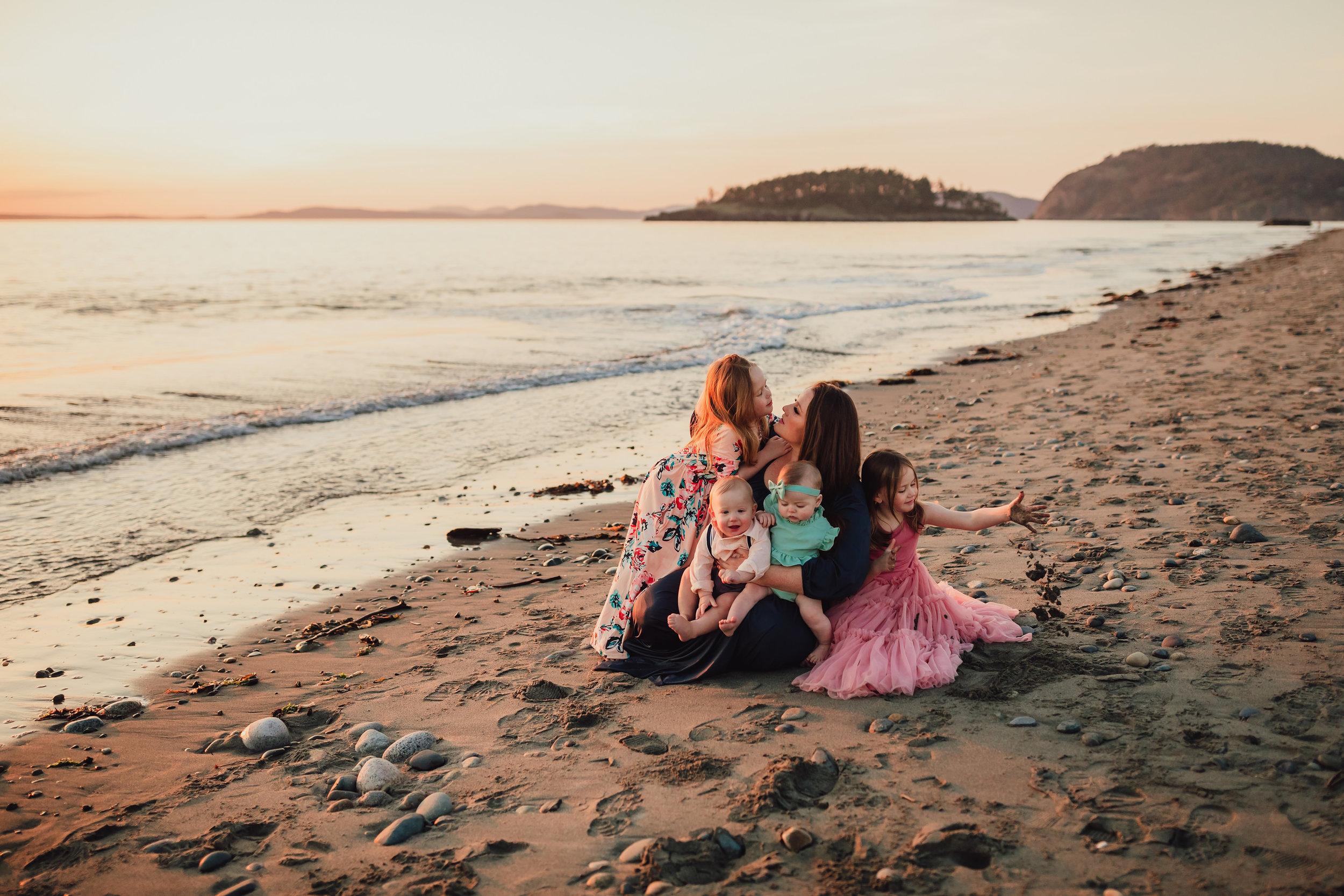 spring motherhood mini session Deception Pass | Kara Chappell Photography
