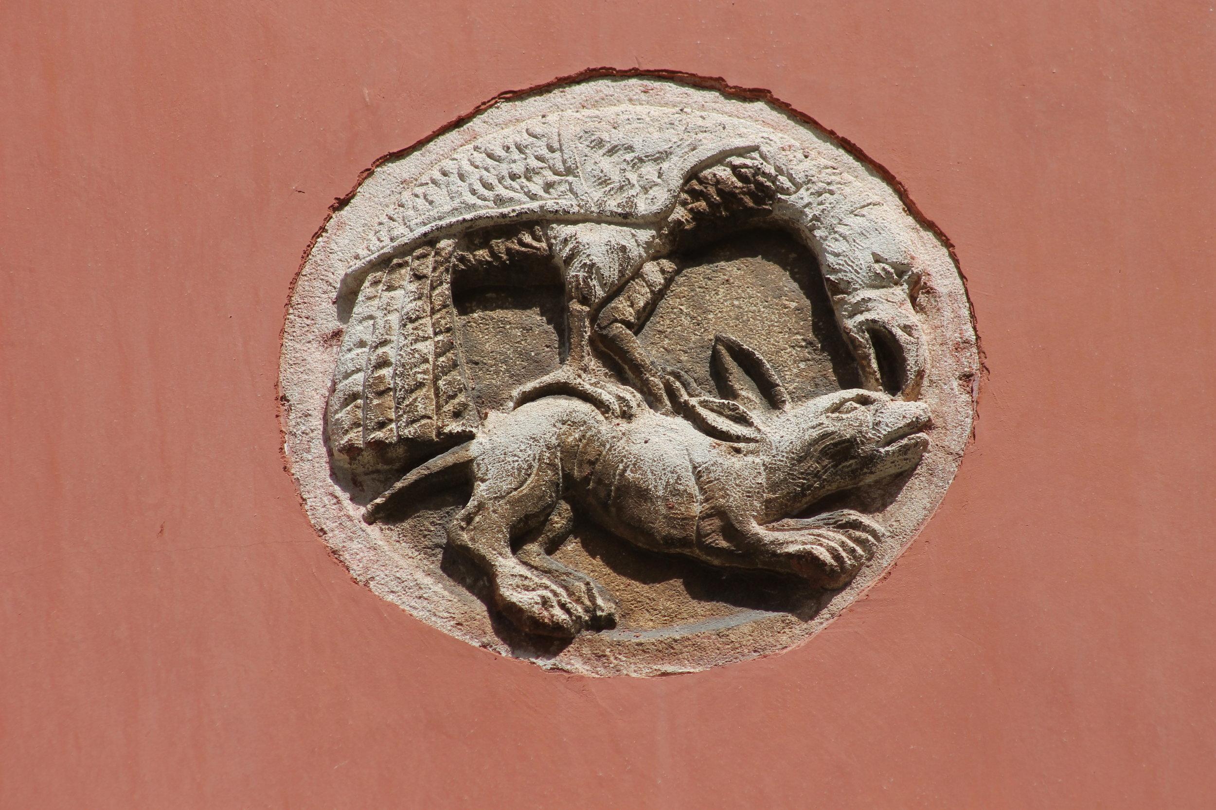 Aquila che becca sul capo leporide sottostante .  Venice, Rio di Canonica.