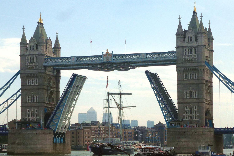 Wylde Swan passerer under Tower Bridge i London. Bildet fotografert da det var Olympiske Leker i den engelske hovedstaden 2012. Legg merke til de olympiske ringer som måtte heises for anlendningen slik at Wylde Swans mast kunne gå klar under. Fotograf:  Cmglee