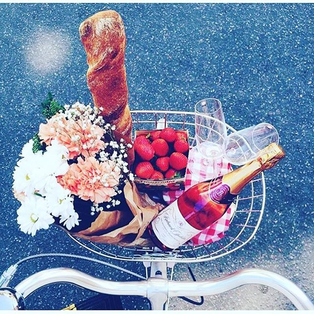 💐This weekend's forecast has me in the mood for a 🚲bike ride and a 🥖picnic, complete with champagne 🍾of course! Anyone else? 🍓