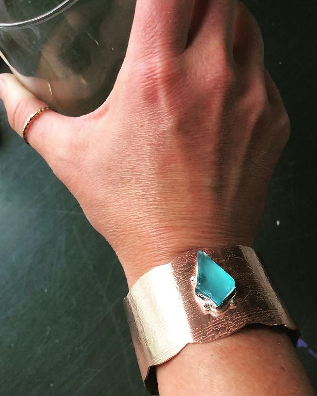 100% made by these 🙌🏼: Lace patterned brass cuff bracelet, filed scalloped edges, scrolled ends, sterling silver bezel soldered on top, set w/aqua sea glass, and polished with lots of that good love. ⚒⚙️⚖️ #silversmithing #benchday  #mykindaworkout #roséthisway