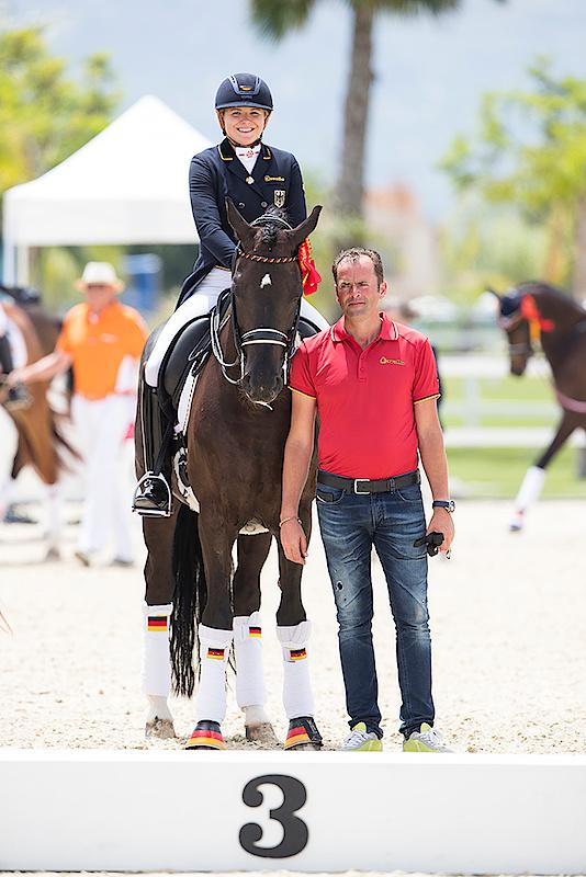 Jeder Reiter sollte zur Platzierung eine Begleitperson dabei haben, damit diese das Pferd festhalten kann wenn man zum Treppchen geht: Danke Heiner