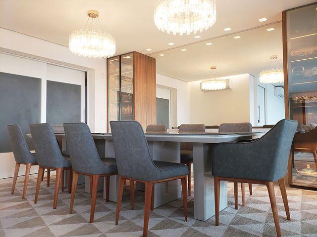 A iluminação e os tons pastéis ajudaram a criar esta sala de jantar aconchegante, mas ao mesmo tempo imponente.⠀ ⠀ ⠀ ⠀ #architecture #archilovers #arquitectura #decor #design #interiordesign #homedecor #interior #home #interiors #homedesign #style #interiordecor #decoration #inspiration #interiordesigner #interiorstyling #art #designer #furniture #interiorinspiration #love #instahome #luxury#arquitetura#decoração#interiores#arte#fotografia#luxuryhomes