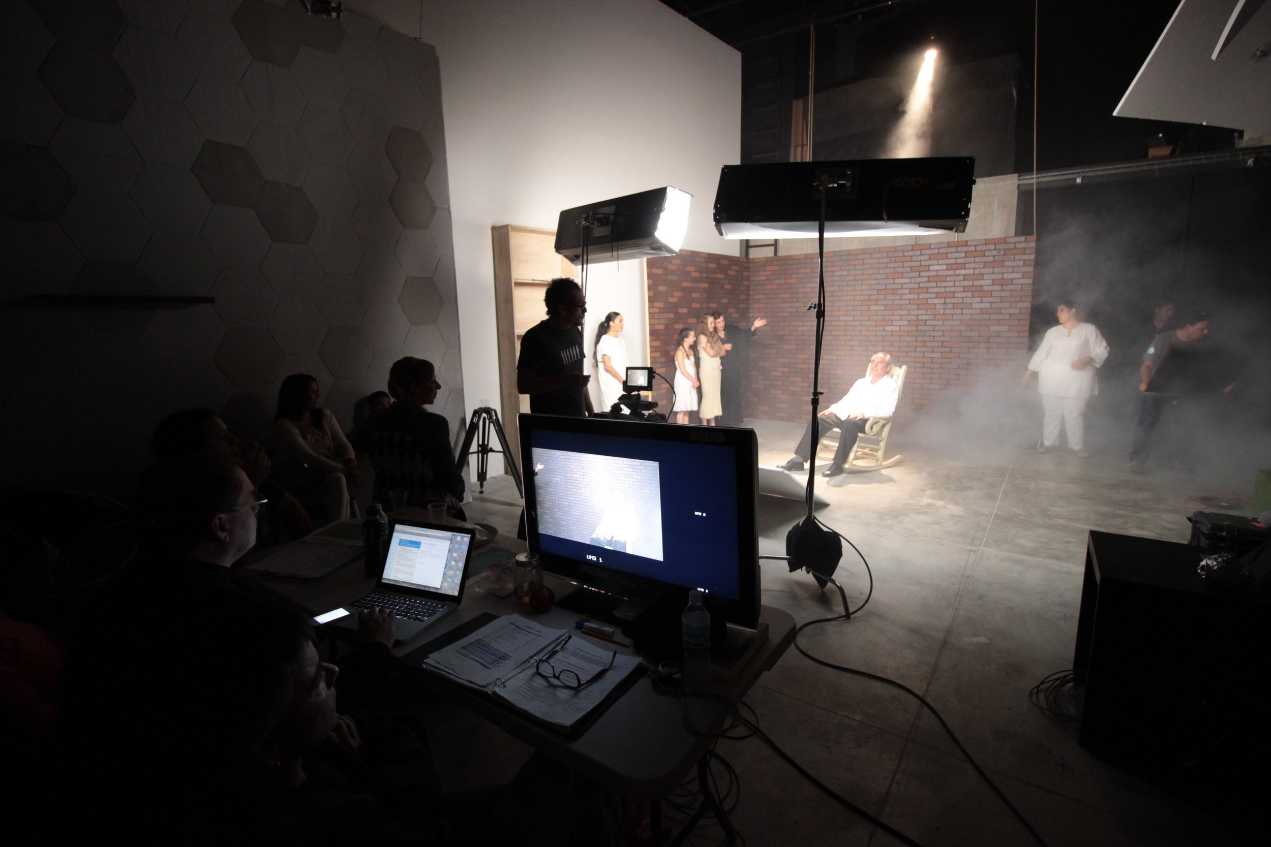"""Programas de televisión - Tenemos amplia experiencia en producción de televisión, sobretodo hemos trabajado para canal 11, 22, TVUNAM.Series como la de esta foto """"Teatro Estudio"""", Galería Plástica, ¿Qué es exo?…Tenemos todo para talkshows, en nuestro foro."""