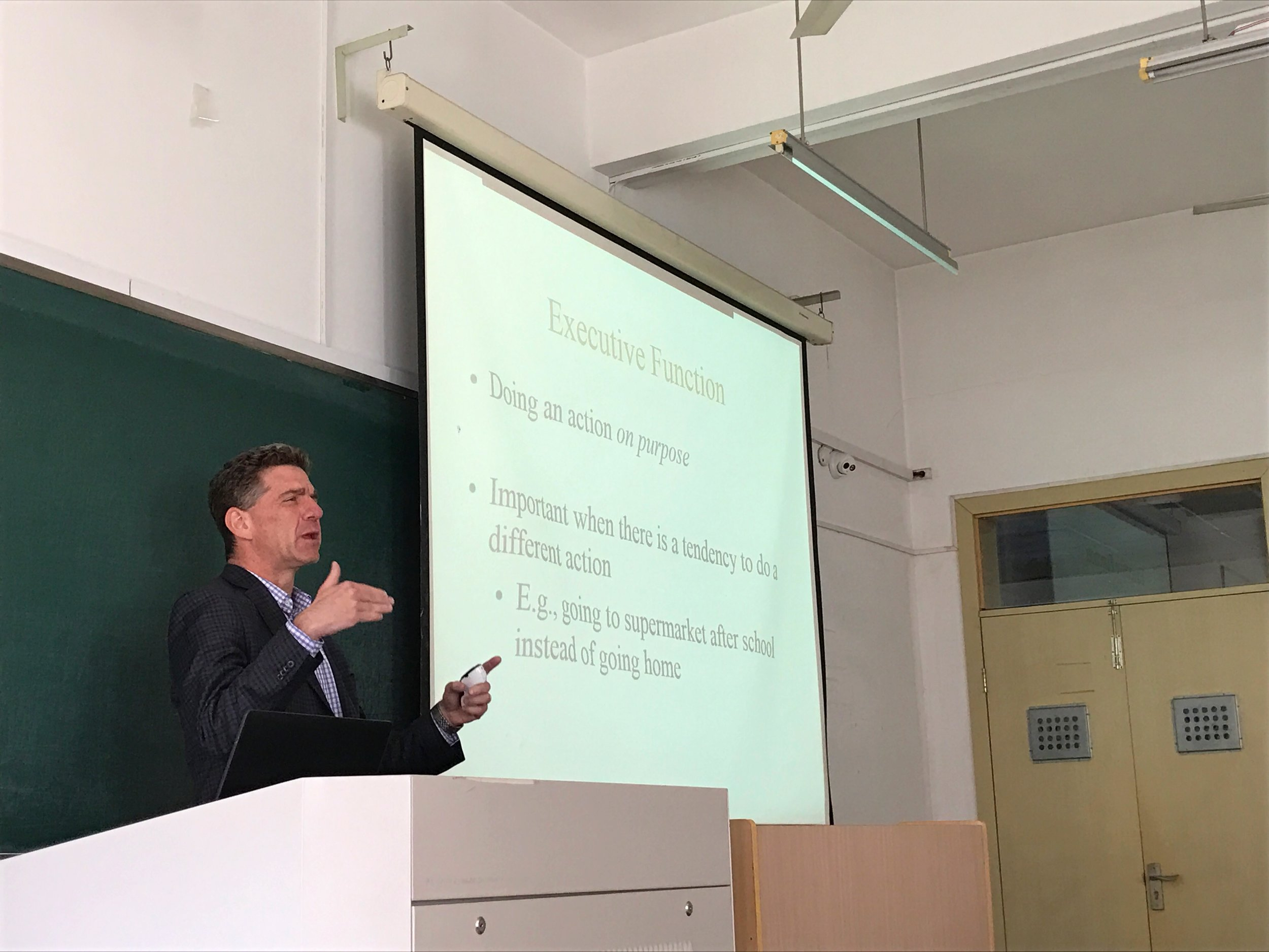 Dr. Stuart Marcovitch giving a research talk to faculty and graduate students at Zhejiang Sci-Tech University.
