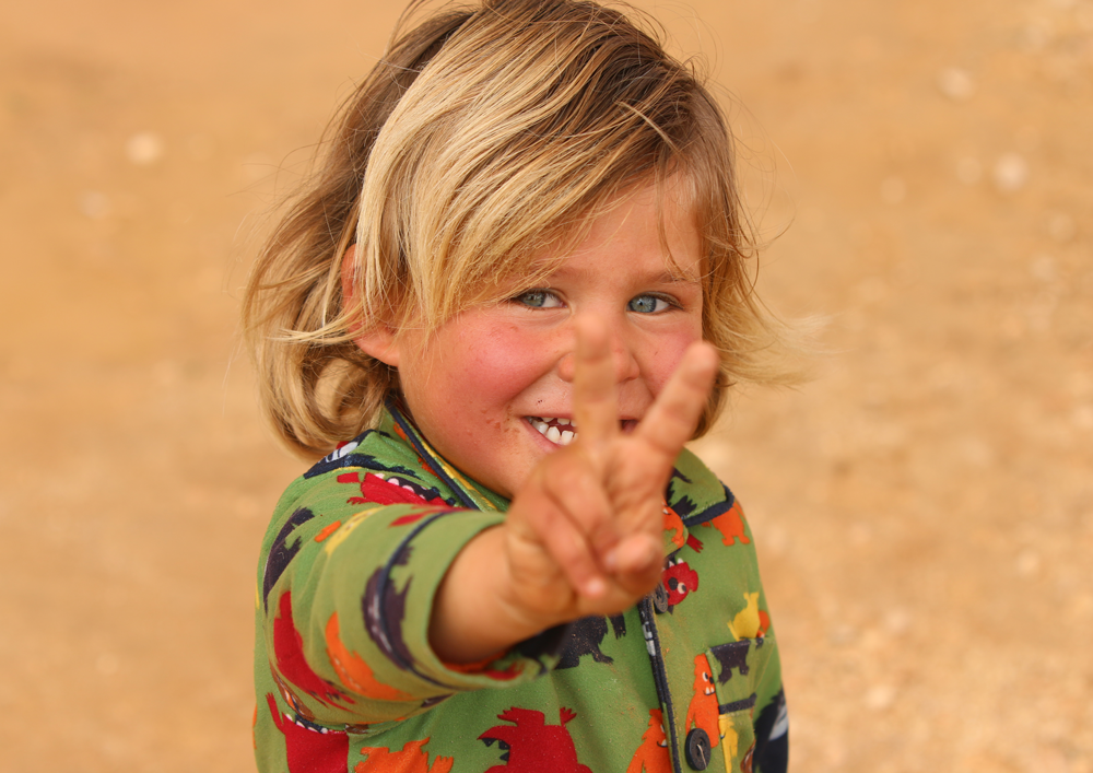syrian kid with peace sign
