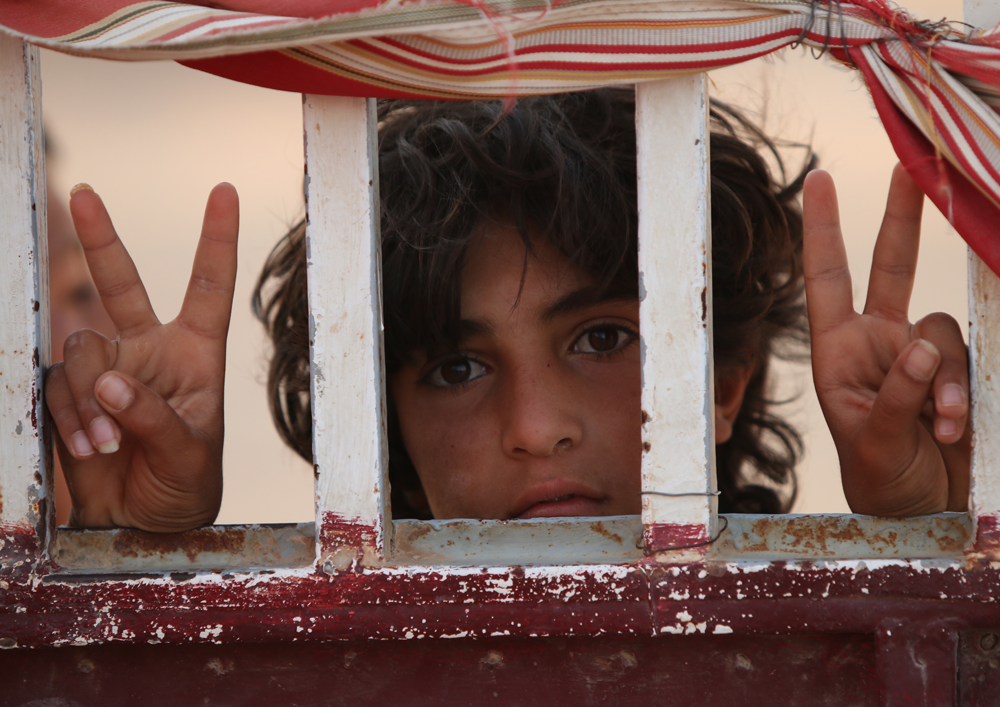 syrian kid peace through fence