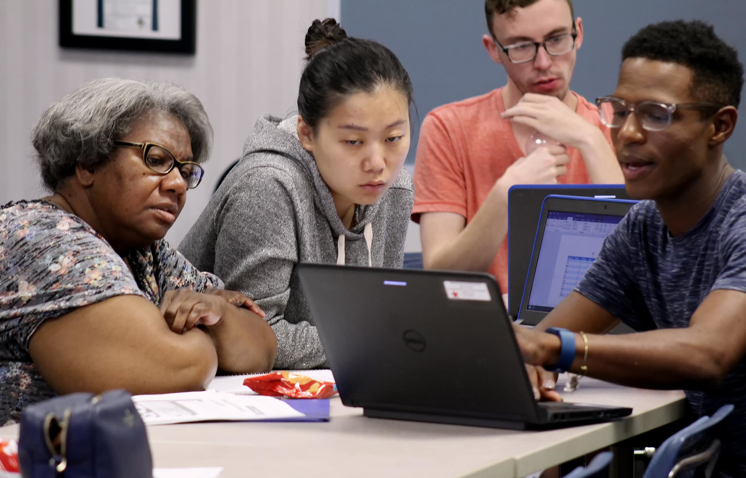 A SCSEP participant receives assistance through the LIFT Program to learn about using a computer and other technology.