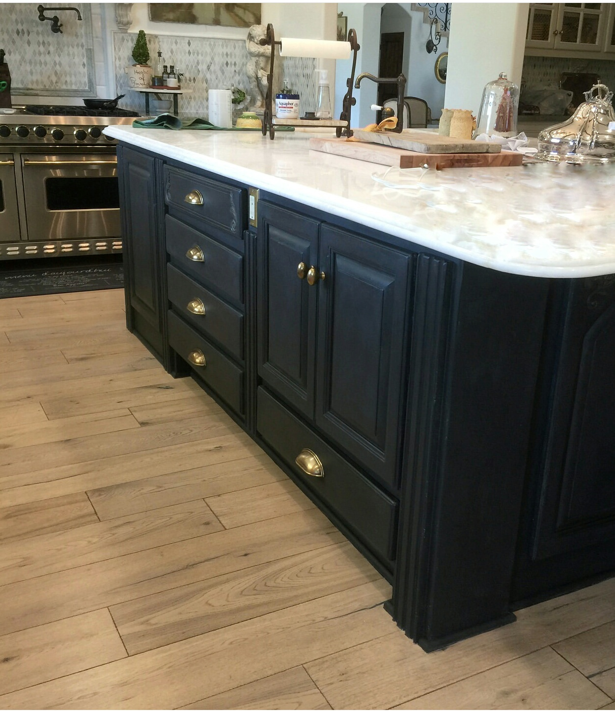 Easily transform kitchen cabinets and get an updated look with Jolie Paint. Learn the tips and essential techniques in our Workshops.