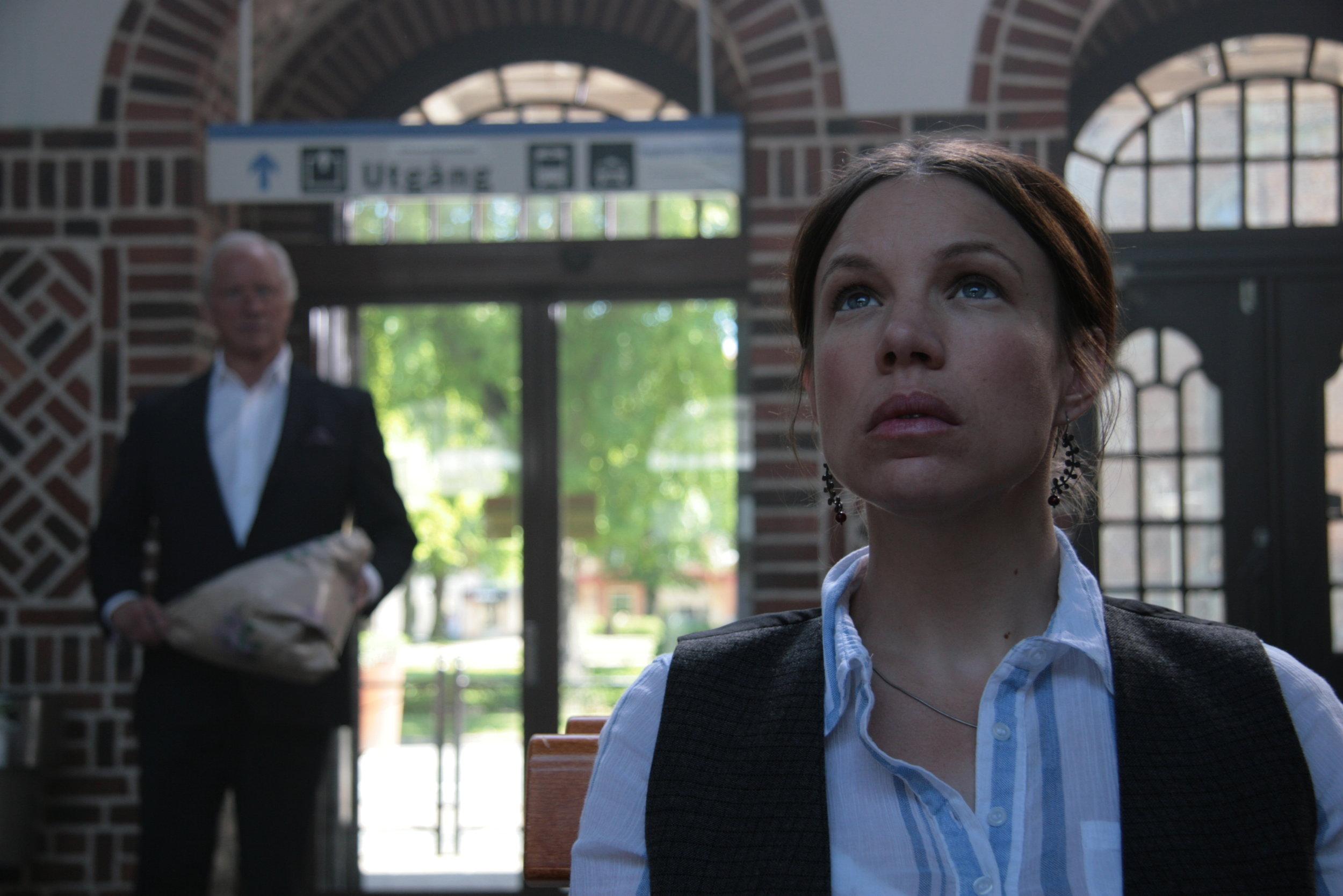 Alice (Ellen Jelinek) and her father (Loa Falkman) at the train station. Tiny Lumberjack copyright.