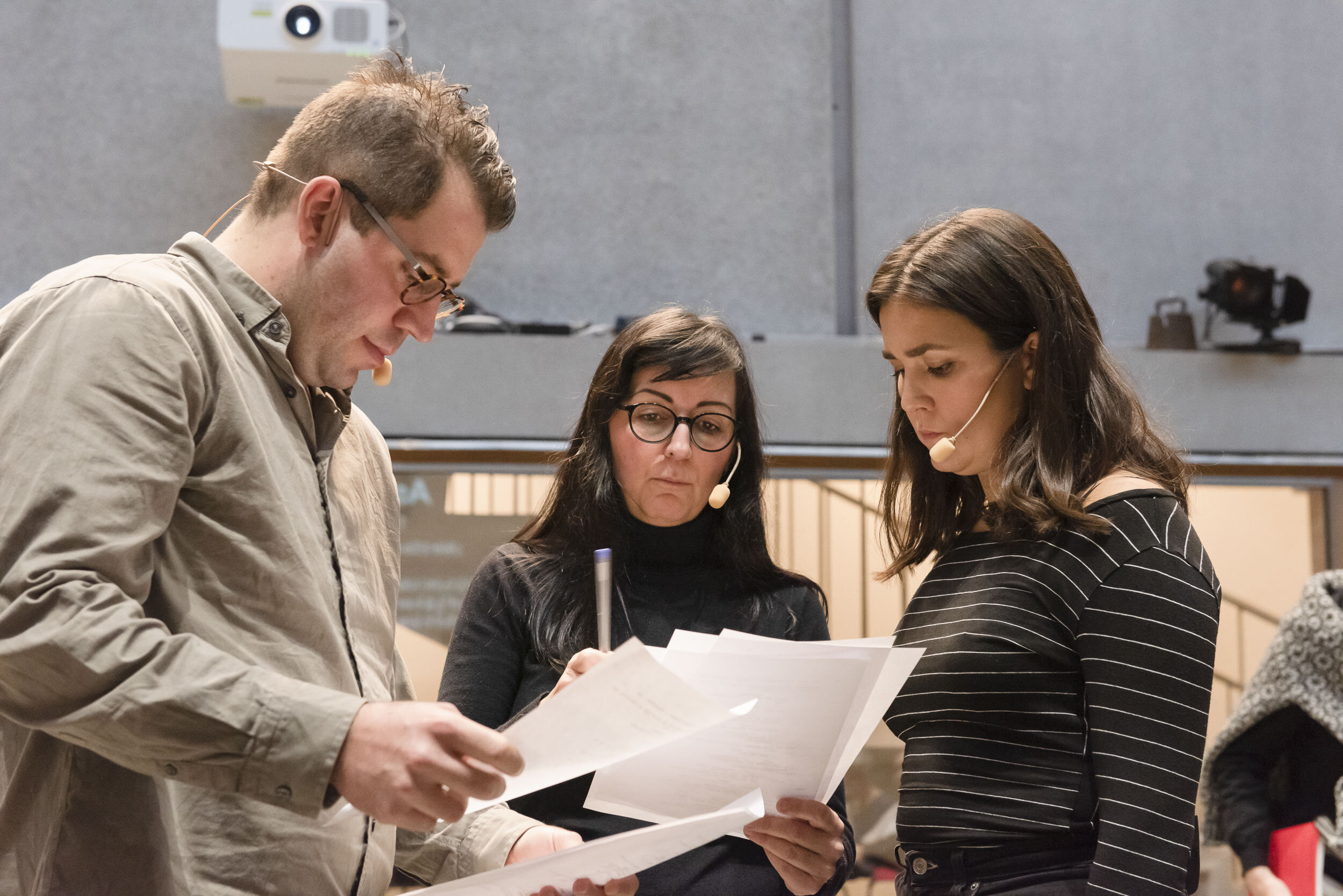 Actors Johannes Wanselow (Alexander) and Ella Schartner (Asha) working with the scenes together with writer/director Thérèse Ahlbeck, in front of a live audience at Skissernas museum in Lund. Photo Peo Olsson.