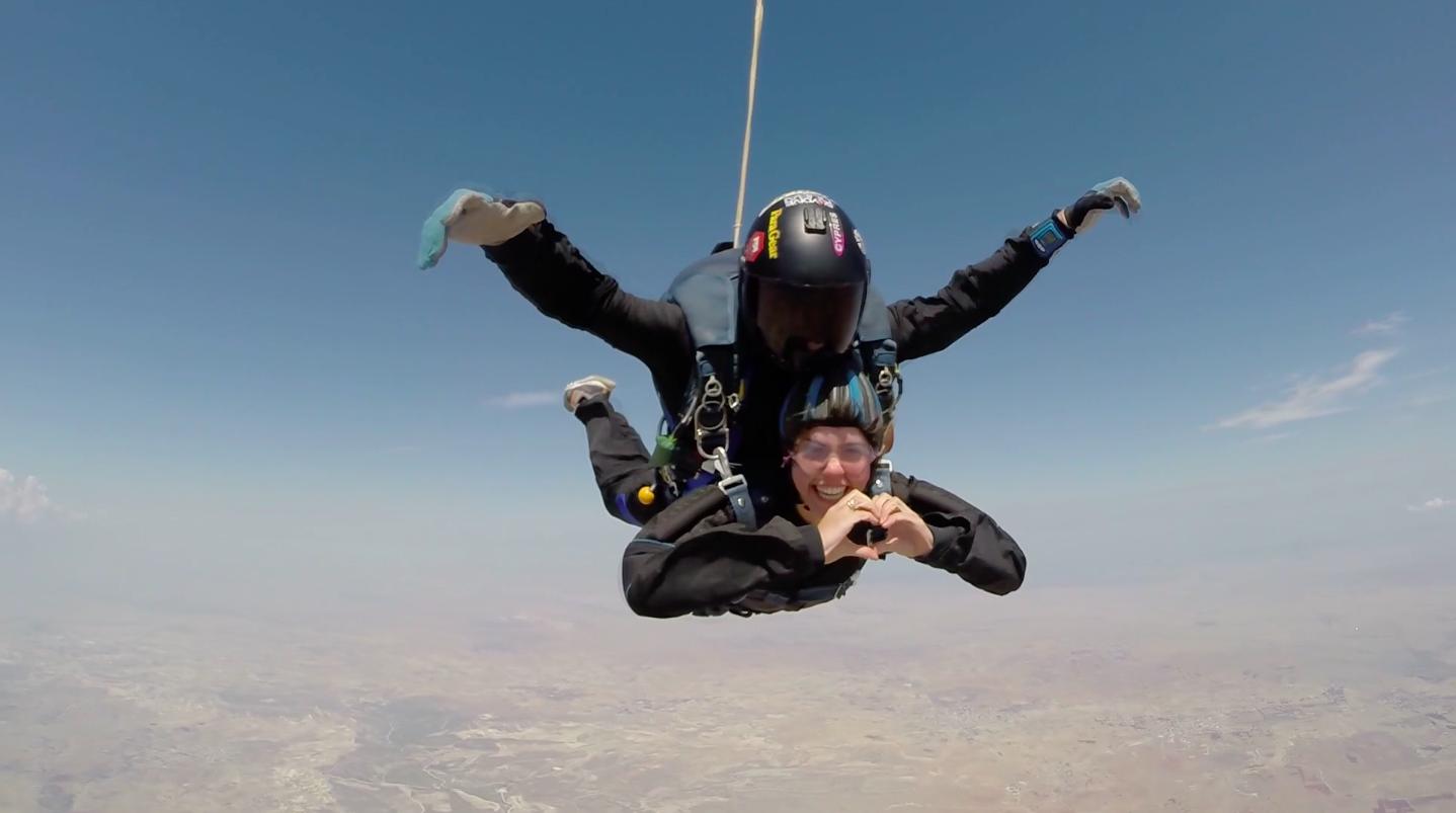 En plena caída libre con Skydiving Cyprus.