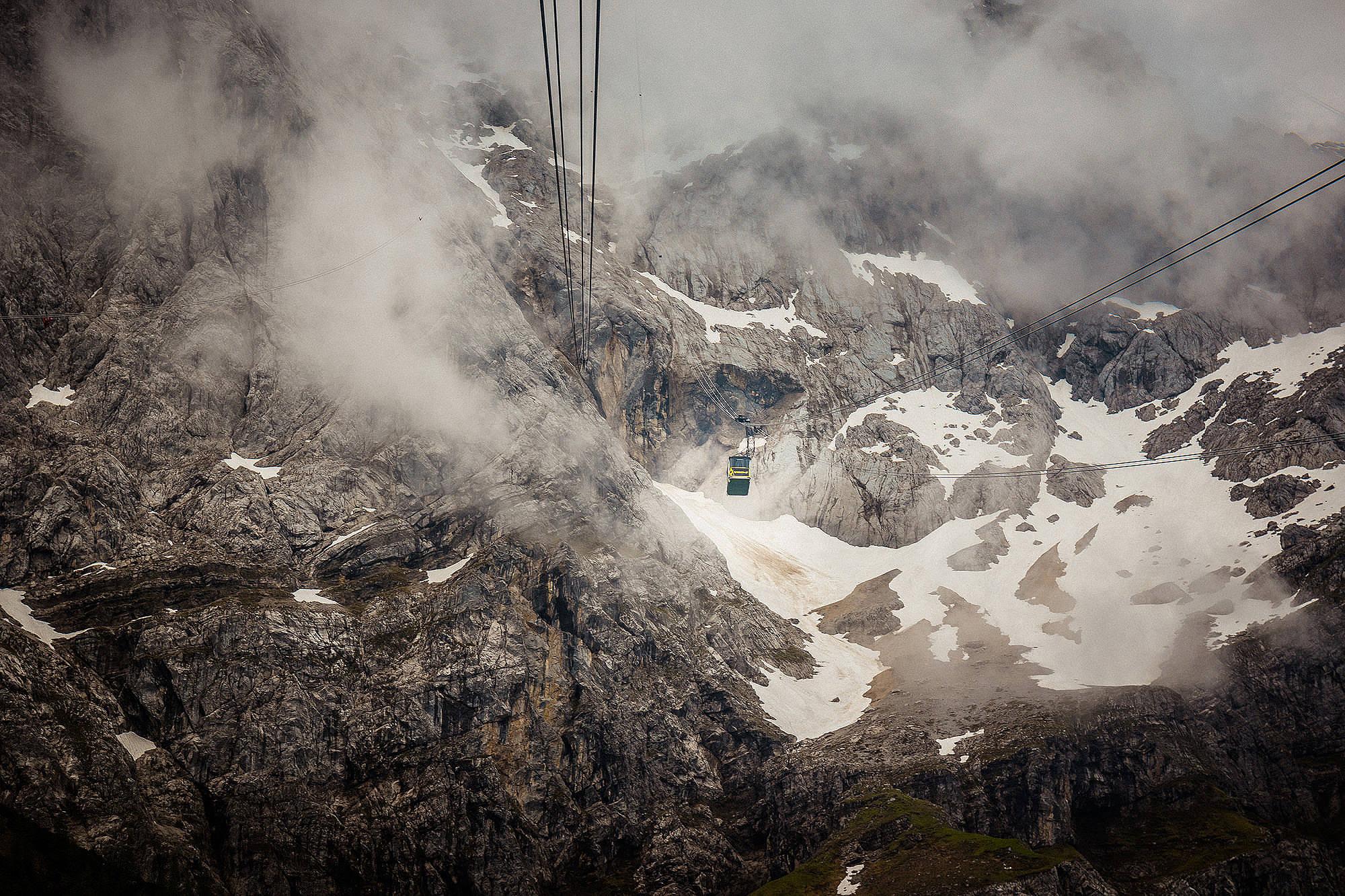 Einer der ungewöhnlichsten Location unserer Reise:  mit dem 2,4-Meter-Sammelschiffchen in der Gondel auf dem Weg zum Gipfel  Zugspitze .