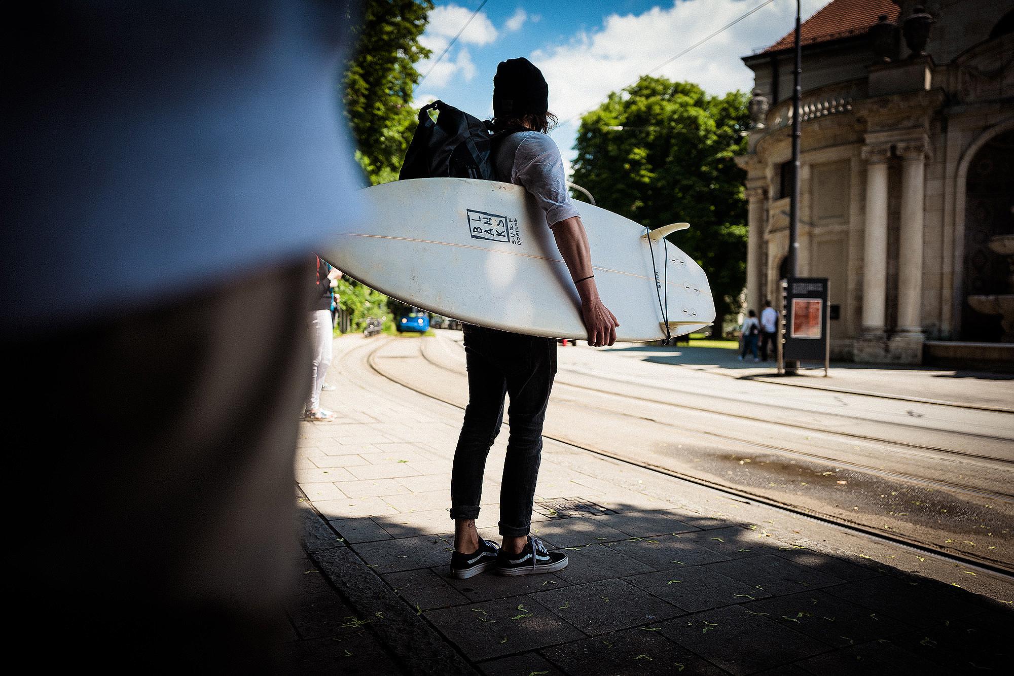 Surferleben in München:  die #Bootstour zu Gast an der  Eisbachwelle .