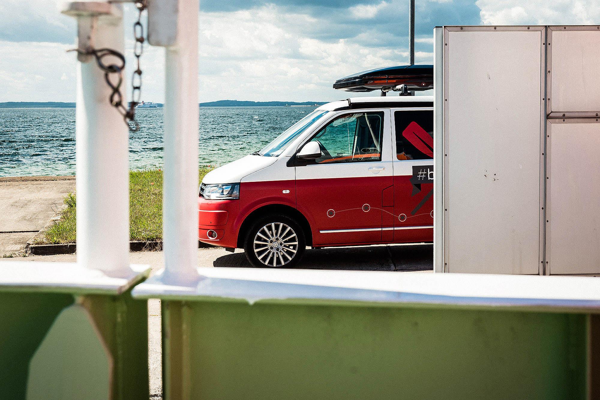 """Immer mit von der Partie: unser Camper - Büro und Hotel zugleich. Hier geparkt in Sichtweite zum Seenotrettungskreuzer """"Harro Koebke"""" in  Sassnitz auf Rügen."""