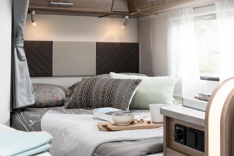 Bett mit Wandverkleidung