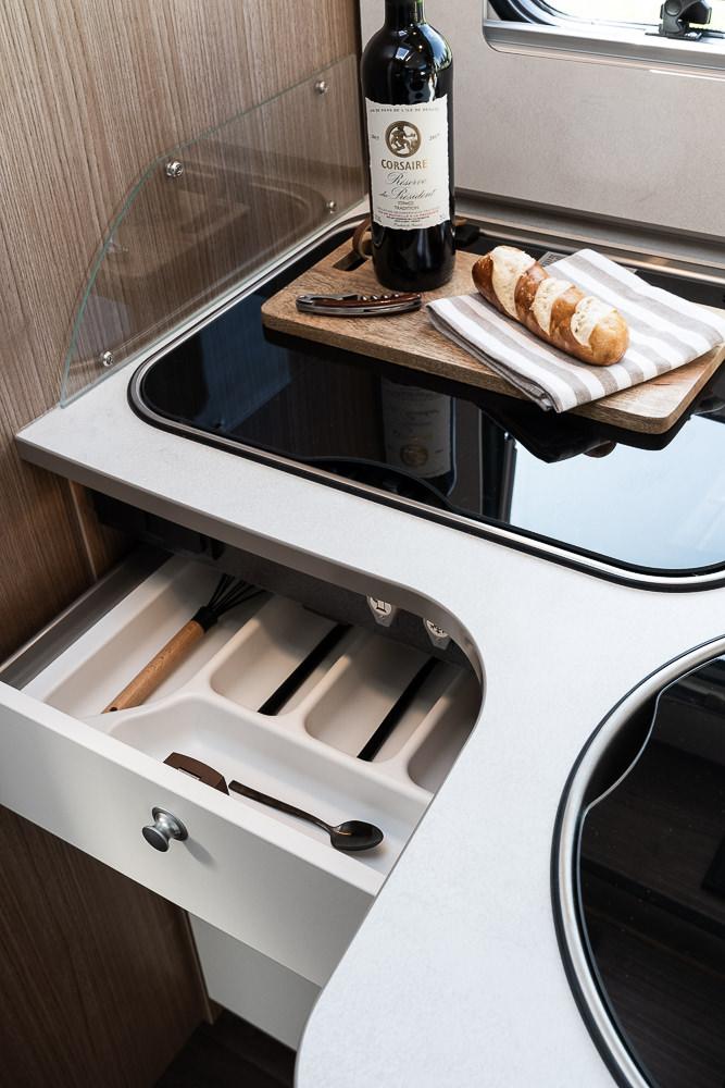 Küche mit geöffneter Schublade