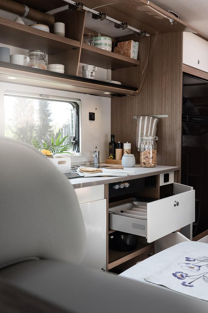 Küche mit geöffneten Staufächern